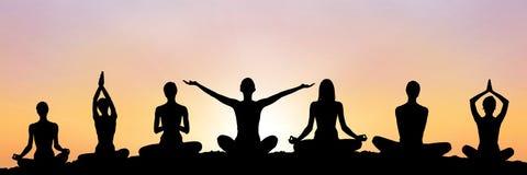 het silhouet van de yogagroep bij zonsondergang stock illustratie