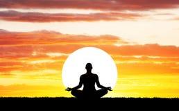 Het silhouet van de yogameditatie royalty-vrije stock foto's