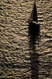 Het silhouet van de zeilboot Royalty-vrije Stock Foto's