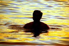 Het Silhouet van de zwemmer stock foto's