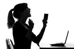 Het silhouet van een jonge vrouw krijgt bonusefrom een online aankoop royalty-vrije stock afbeeldingen