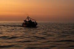 Het silhouet van een schip die op het overzees varen stock foto's