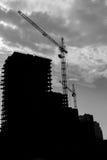 Het silhouet van een torenkraan is betrokken bij de bouw Stock Foto