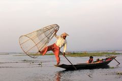 Het silhouet van een visser in Inle-Meer royalty-vrije stock fotografie