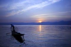 Het silhouet van een visser in Inle-Meer stock fotografie