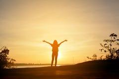 Het silhouet van gelukkige vrouwen ontspant in de aard Royalty-vrije Stock Fotografie