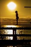 Het silhouet van het aarzelingsmeisje op de 3m springplank Royalty-vrije Stock Fotografie