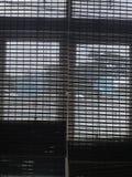 Het Silhouet van het achtergrondbamboegordijnvenster stock fotografie