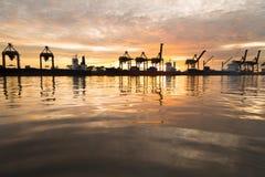 Het silhouet van het de vrachtschip van de containerlading in de ochtend, in Bangk Stock Afbeeldingen