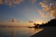 Het silhouet van het eiland bij zonsondergang Stock Foto
