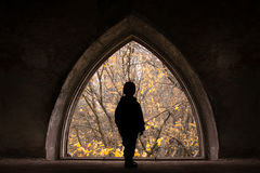 Het silhouet van het kind op een frame van kasteelruïnes Stock Foto's