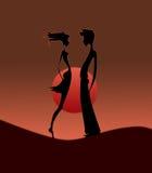 Het silhouet van het paar op zonsondergang Stock Afbeeldingen