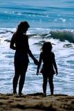 Het Silhouet van het Strand van de moeder & van de Dochter Stock Foto's
