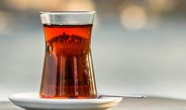 Het silhouet van Istanboel dat een Turkis-theekop wordt overdacht Stock Foto