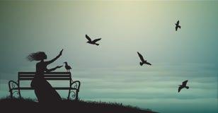 Het silhouet van meisjeszitting op de bank dichtbij het overzees met zonsopgang en voedt de zeemeeuwen, schaduwen, geheugen, royalty-vrije illustratie