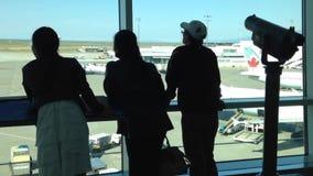 Het silhouet van mensen sluit omhoog bekijkt door venster vliegtuigen Royalty-vrije Stock Fotografie