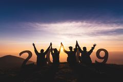 Het Silhouet van het Newyear 2019 concept van het jonge vrienden springen en hand royalty-vrije stock afbeeldingen