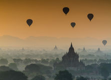Het silhouet van oude pagoden in de mist tijdens zonsopgangverstand Royalty-vrije Stock Foto's