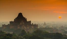 Het silhouet van oude tempel in Bagan terwijl zonsopgang, Myanma Stock Foto