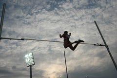 Het silhouet van polsstokspringen Stock Afbeelding