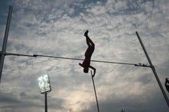 Het silhouet van polsstokspringen Stock Fotografie