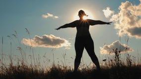 Het silhouet van het te zware meisje doen oefent in openlucht uit stock videobeelden