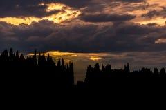 Het silhouet van Toscanië bij schemer stock afbeeldingen