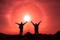 Het Silhouet van tweepersoons met succesgebaar Stock Foto