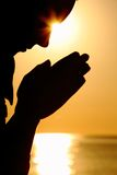 Het silhouet van vrouw bidt Royalty-vrije Stock Afbeelding
