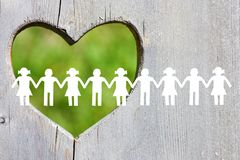 Het silhouet van Witboekkinderen op houten achtergrond met groen hart stock afbeelding