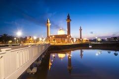 Het silhouetbeeld van zonsondergang bij moskee Royalty-vrije Stock Afbeeldingen