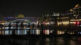 Het Silhouetbrug die van Fenghuangchina bij Nacht Lightshow kruisen stock video