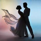 Het silhouetbruidegom en bruid van het huwelijkspaar op kleurenachtergrond Stock Afbeeldingen