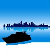 Het silhouethorizon van Miami met jacht Stock Afbeelding