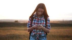 Het silhouetmeisje van de Hipsterwandelaar het lopen de positienavigatie van het zwerversonderzoek op mobiele telefoonsmartphone  stock videobeelden