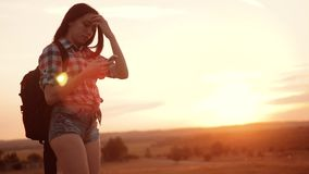 Het het silhouetmeisje van de Hipsterwandelaar schiet levensstijlvideo van mooie aardzonsondergang op langzame smartphone van de  stock video