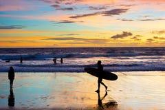 Het silhouetstrand Bali van de mensensurfer royalty-vrije stock afbeelding