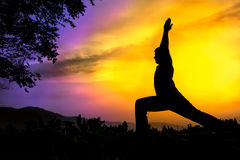 Het silhouetvirabhadrasana I van de yoga strijder stelt Royalty-vrije Stock Afbeelding