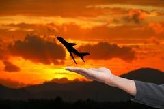 Het het silhouetvliegtuig van de handgreep met hemelzonsondergang met exemplaarruimte voegt tekst toe Royalty-vrije Stock Foto
