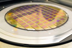 Het siliciumwafeltje met microchips vast in de houder is op de klem en klaar voor proces het schoonmaken stock afbeelding