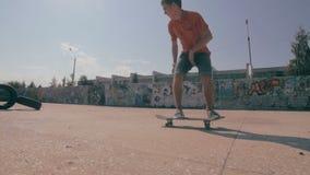 Het skateboard ontbreekt Skateboarder die en onderaan het doen van trucs in een straat met een skateboard rijden vallen Langzame  stock videobeelden