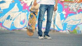 Het skateboard wordt in een truc opgeheven door een mens wordt uitgevoerd die stock videobeelden