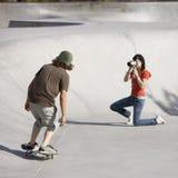 Het skateboardactie van Videotaping Royalty-vrije Stock Afbeeldingen