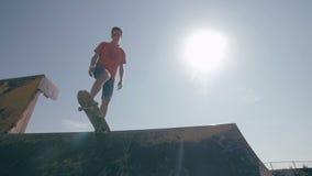 Het skateboardersilhouet die zich op de helling bevinden stock video