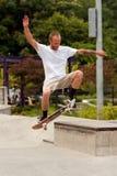 Het Skateboardtruc van mensenpraktijken bij Park Royalty-vrije Stock Foto