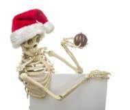 Het Skelet dat van Kerstmis een Teken houdt Stock Afbeeldingen