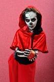 Het skelet die van de meisjesmake-up appel aanbieden Royalty-vrije Stock Foto