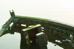 Het skelet van een vissersboot bij het is gedaald is meertrossen die Royalty-vrije Stock Fotografie