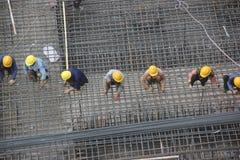 Het skelet van het installatiestaal van de arbeiders bij de bouwwerf van SHENZHEN Royalty-vrije Stock Afbeeldingen