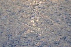 Het ski?en achtergrond - ski?en bergaf de sporen op skihelling - skislepen op skihelling Royalty-vrije Stock Fotografie
